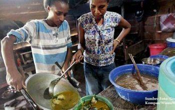 memasak-ikan kuah-kuning-dan-papeda-untuk-makan-siang-di-KpWorkwana-Keerom-Papua_kompas.com