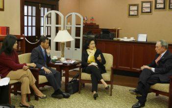 22-09-2015, New York, MK didapingi dirjen GIKIA berdiskusi dengan Michael Bloomberg tentang pengendalian tembakau di PTRI New York