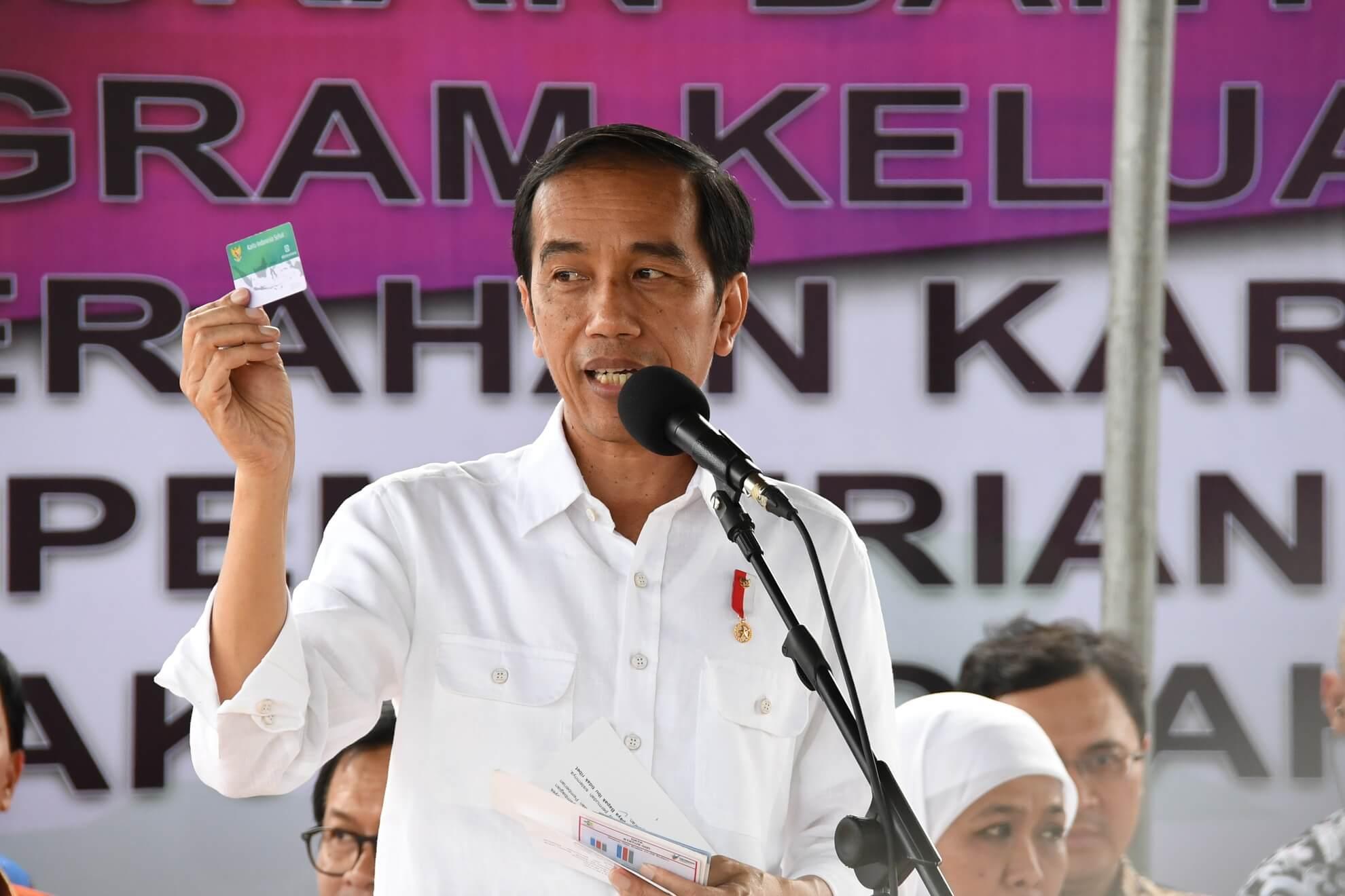 8-2-2017-presiden-menunjukan-kartu-indonesia-sehat-acara-pembagian-pmt-oleh-presiden-di-desa-rumah-tiga-teluk-ambon-kota-ambon