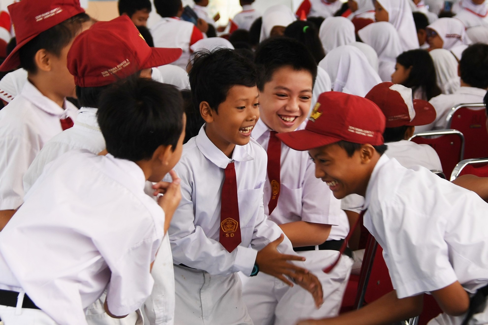 Sejumlah siswa bercanda pada sebelum acara resmi Hari Gigi dan Mulut Sedunia 2017 dimulai. Acara dilaksanakan di SDN Rawa Buntu 03, Tangerang Selatan, Senin (20/3).