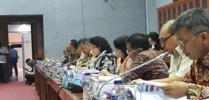 Pejabat Kementerian Kesehatan pada Rapat Kerja bersama Komisi IX DPR RI di Gedung Nusantara Jakarta, Senin (20/3).