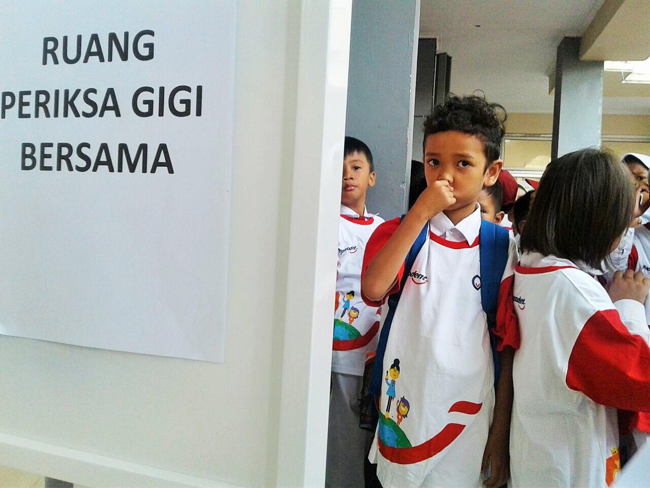 Siswa-siswi menunggu giliran pemeriksaan gigi pada peringatan Hari Gigi dan Mulut Sedunia 2017 di SDN Rawa Buntu 03, Tangerang Selata, Senin (20/3)