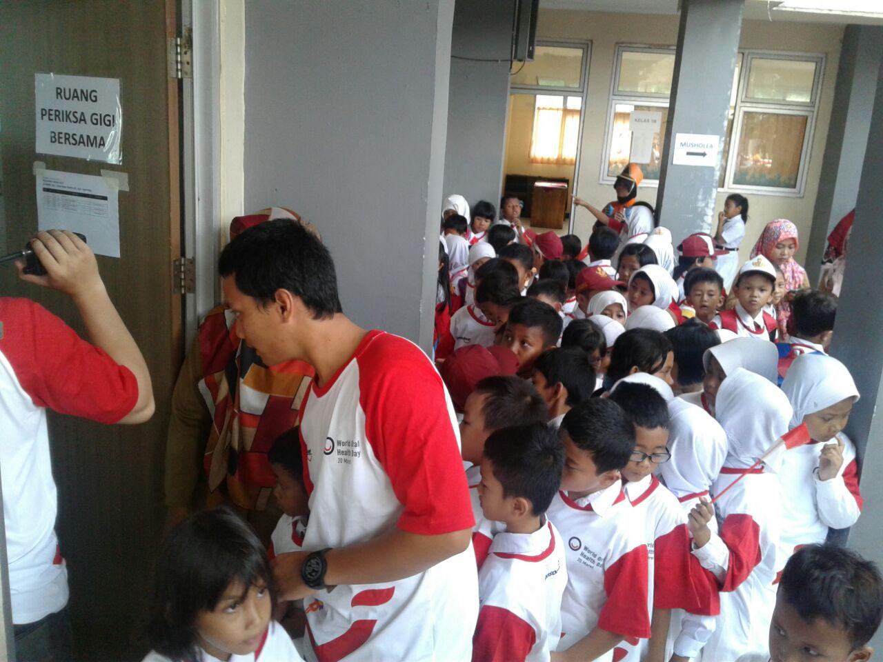 Antusias siswa-siswi begitu tinggi untuk memeriksakan giginya di SDN Rawa Buntu 03, Tangerang Selatan, Senin (20/3).
