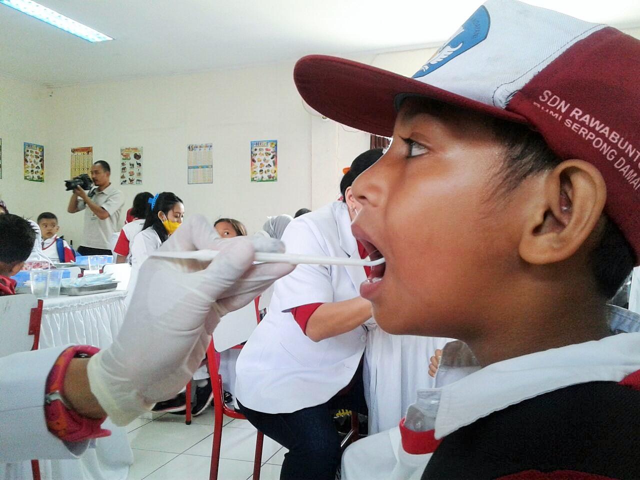 Seorang Siswa tengah diperiksa gigi pada Peringatan Hari Gigi dan Mulut Sedunia di SDN Rawa Buntu 03, Tangerang Selatan, Senin (20/3)