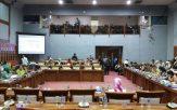 Suasana Rapat Kerja bersama Komisi IX DPR RI di Gedung Nusantara Jakarta, Senin (20/3).