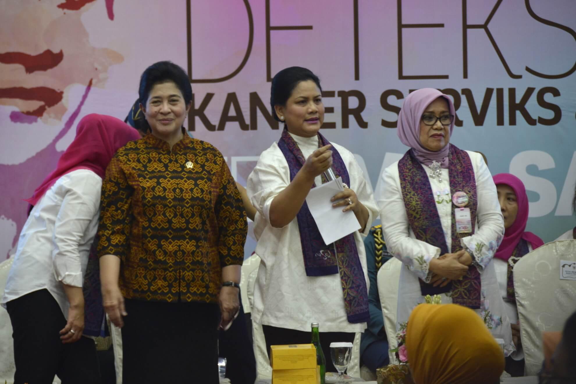 iriana-joko-widodo-memberi-kesempatan-beberapa-peserta-untuk-dialog-interaktif-dalam-aksi-dharma-wanita-persatuan