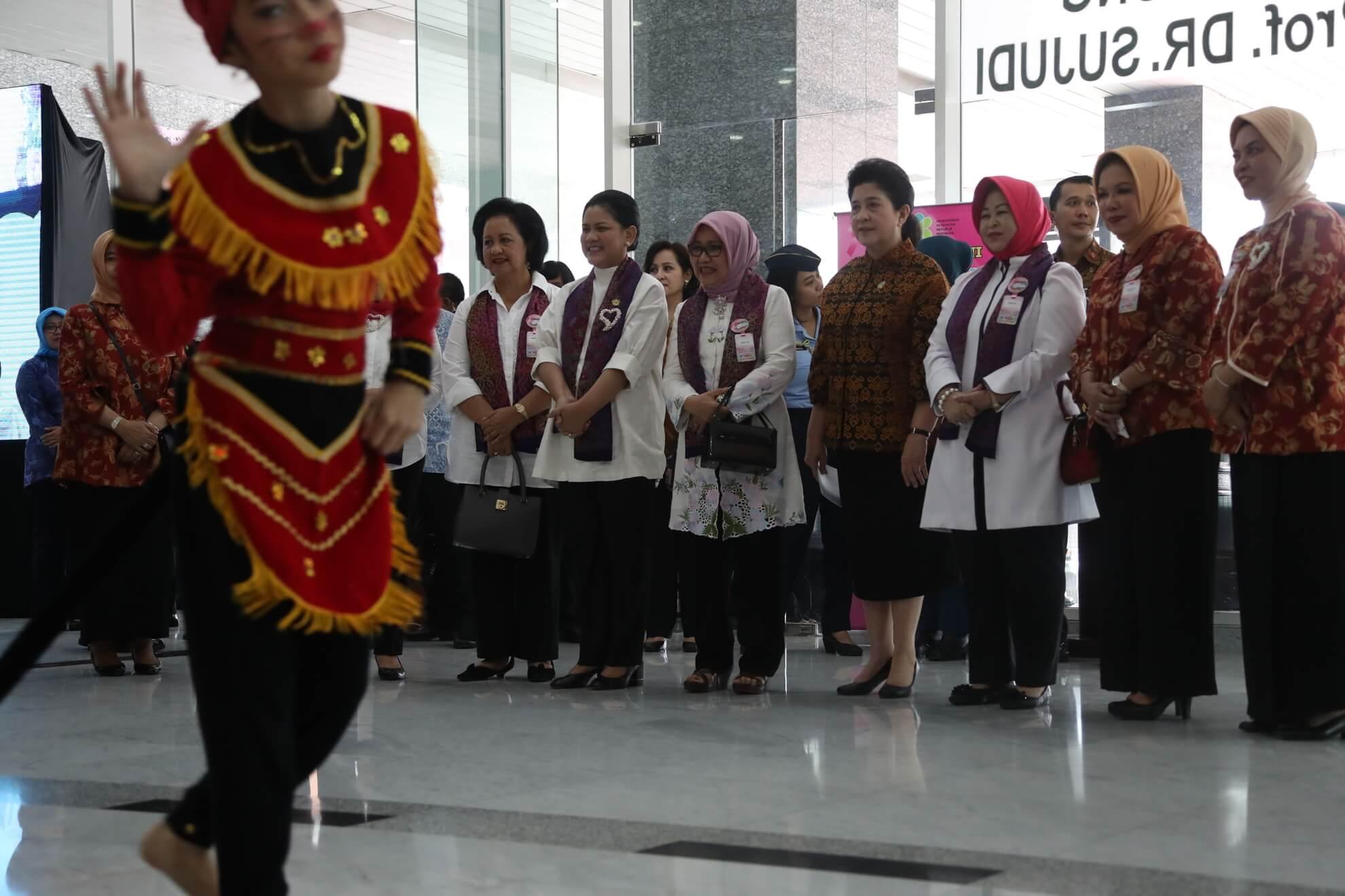 menkes-iriana-joko-widodo-mufidah-jusuf-kalla-menyaksikan-sambutan-tari-selamat-datang