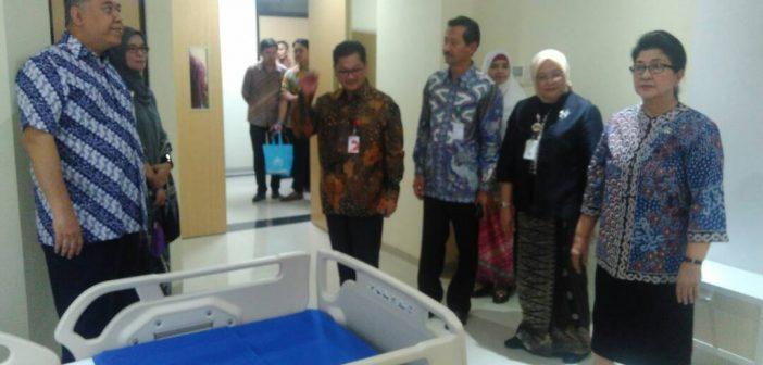 Menteri Kesehatan RI Prof. Dr. dr. Nila Moeloek, Sp.M(K) (kanan) meninjau salah satu kamar rawat inap di Gedung Anggrek,  RSUP Fatmawati, Jakarta, Selasa (18/4). Menkes berharap dengan adanya gedung rawat inap baru tersebut RSUP Fatmawati semakin meningkatkan pelayanan kepada masyarakat. Pada kesempatan tersebut Menkes juga menyambut baik pendirian Medical Science Center di RSUP Fatmawati.