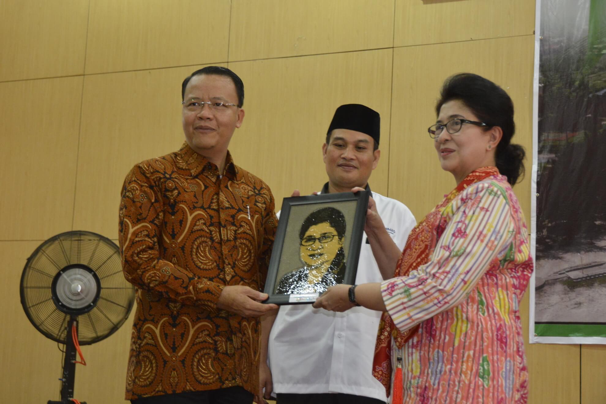 13-05-2017 Menkes Nila Moeloek Menerima Tanda Mata Karikatur dari Wakil Gubernur Bengkulu Rohidin Mersyah pad Acara Rakerkesda Provinsi Bengkulu (R46)