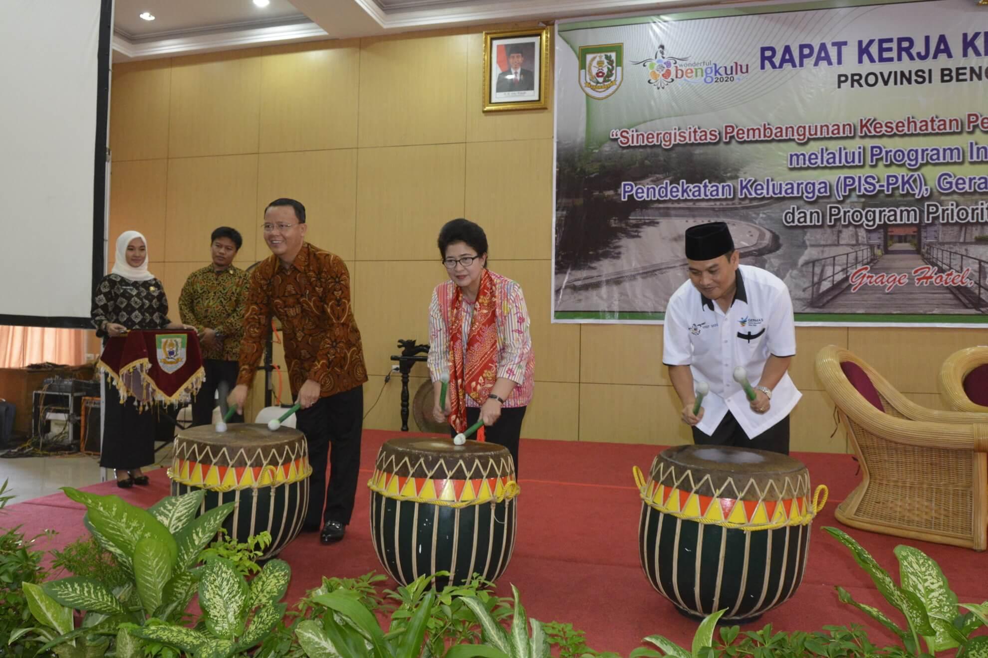 13-05-2017 Menkes Nila Moeloek bersama Wakil Gubernur  Bengkulu (kiri) dan Kadinkes Bengkulu (berpeci kanan) Menabuh Bedug tanda Dibukanya Rakerkesda Provinsi Bengkulu (R46)