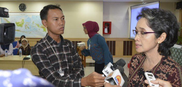 Direktur Pencegahan dan Pengendalian Penyakit Tidak Menular dr. Lily Sulistyowati, MM memberikan keterangan saat diwawancarai pers pada Hari Hipertensi Dunia (HHD), di Gedung Ditjen P2P, Jakarta, Rabu (17/5). Peringatan HHD kali ini dimaksudkan untuk meningkatkan pemahaman dan kesadaran masyarakat yang dimulai dari keluarga untuk mencegah dan mengendalikan hipertensi,  dan melakukan pengukuran tekanan darah secara berkala bahwa hipertensi dapat dicegah dan diobati.