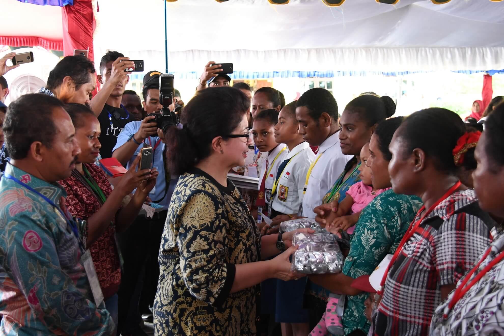 9-5-2017-menkes-memberikan-bantuan-mpasi-pada-pembagian-kis-kip-pkh-pmt-oleh-presiden-di-kota-jayapura-jpg