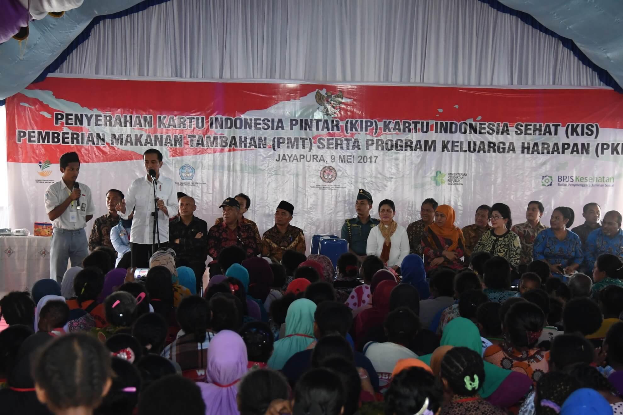 9-5-2017-presiden-dan-para-menteri-berdialog-dengan-anak-sekolah-pada-pembagian-kis-kip-pkh-pmt-oleh-presiden-di-kota-jayapura-jpg