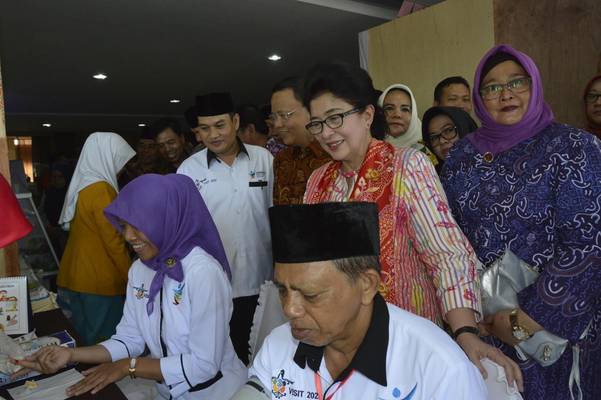 13-05-2017 Menkes Nila Moeloek Meninjau Pemeriksaan Gula Darah Sewaktu dan Pemeriksaan Tekanan Darah pada Rakerkesda Provinsi Bengkulu (R46)