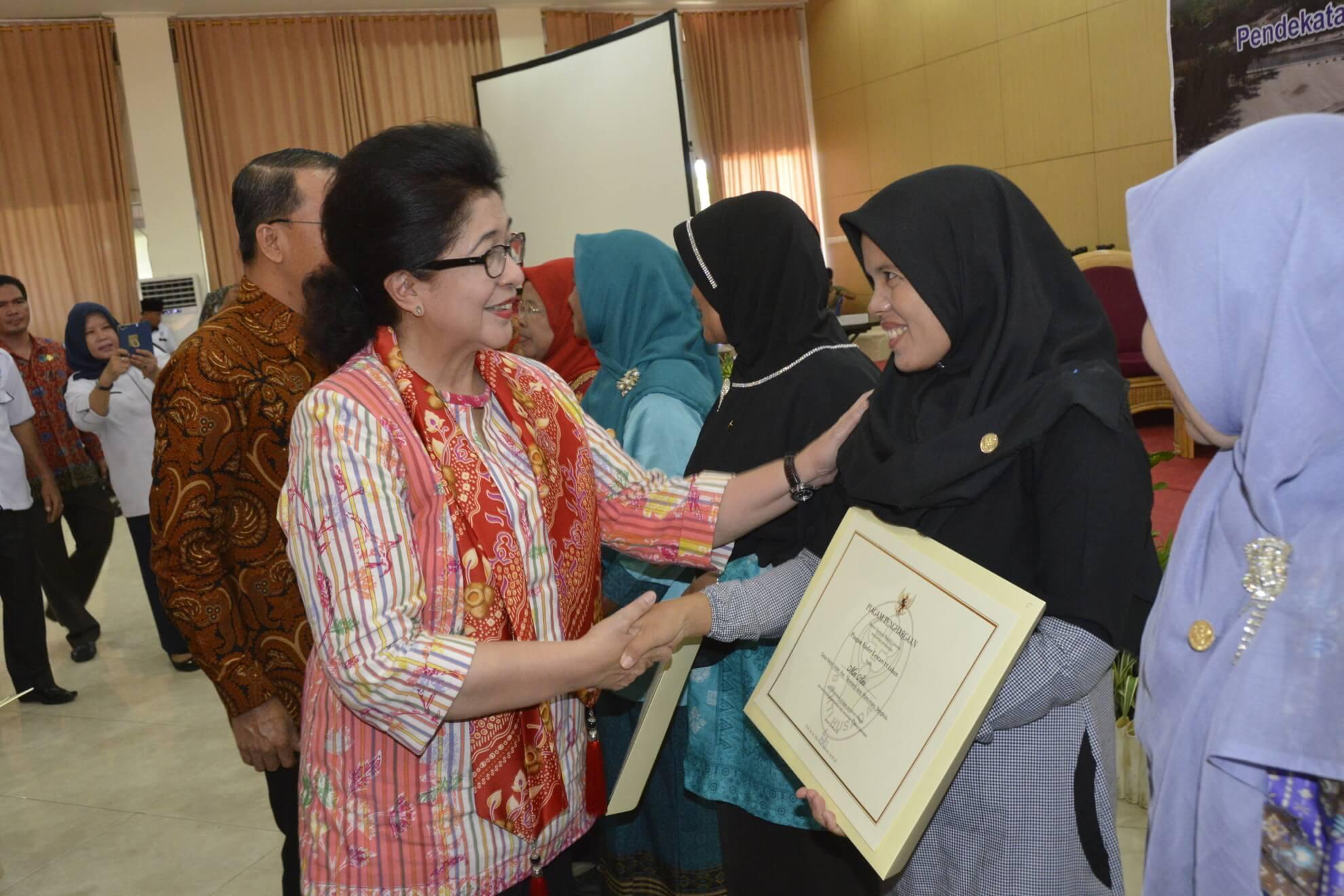 13-05-2017 Menkes Nila Moeloek Memberikan Penghargaan Kepada Kader Berprestasi di Acara Rakerkesda Provinsi Bengkulu (R46)