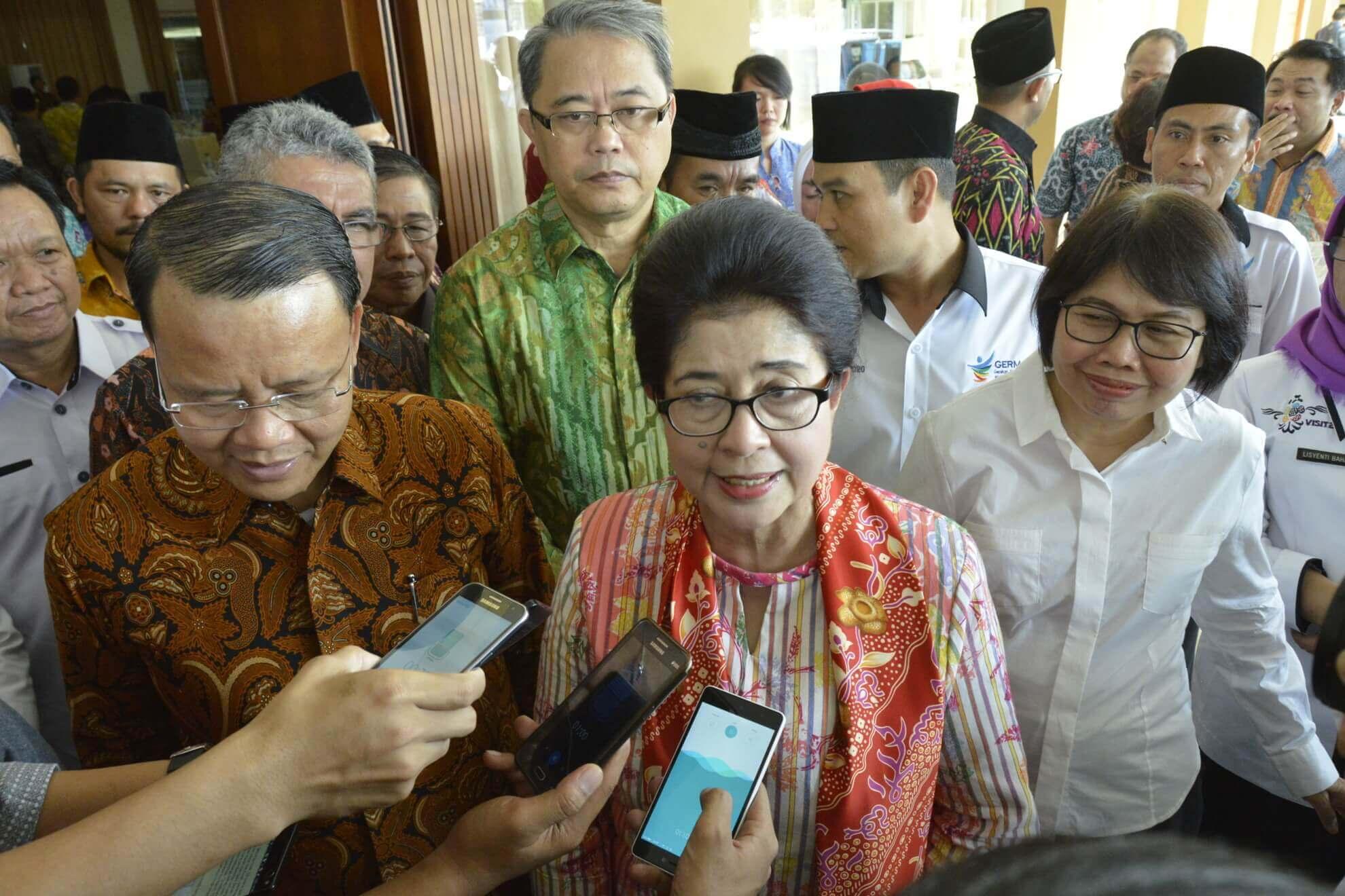 13-05-2017 Menkes Nila Moeloek  Menyampaikan Pentingnya Germas kepada para Wartawan Usai Membuka Acara Rakerkesda Provinsi Bengkulu (R46)