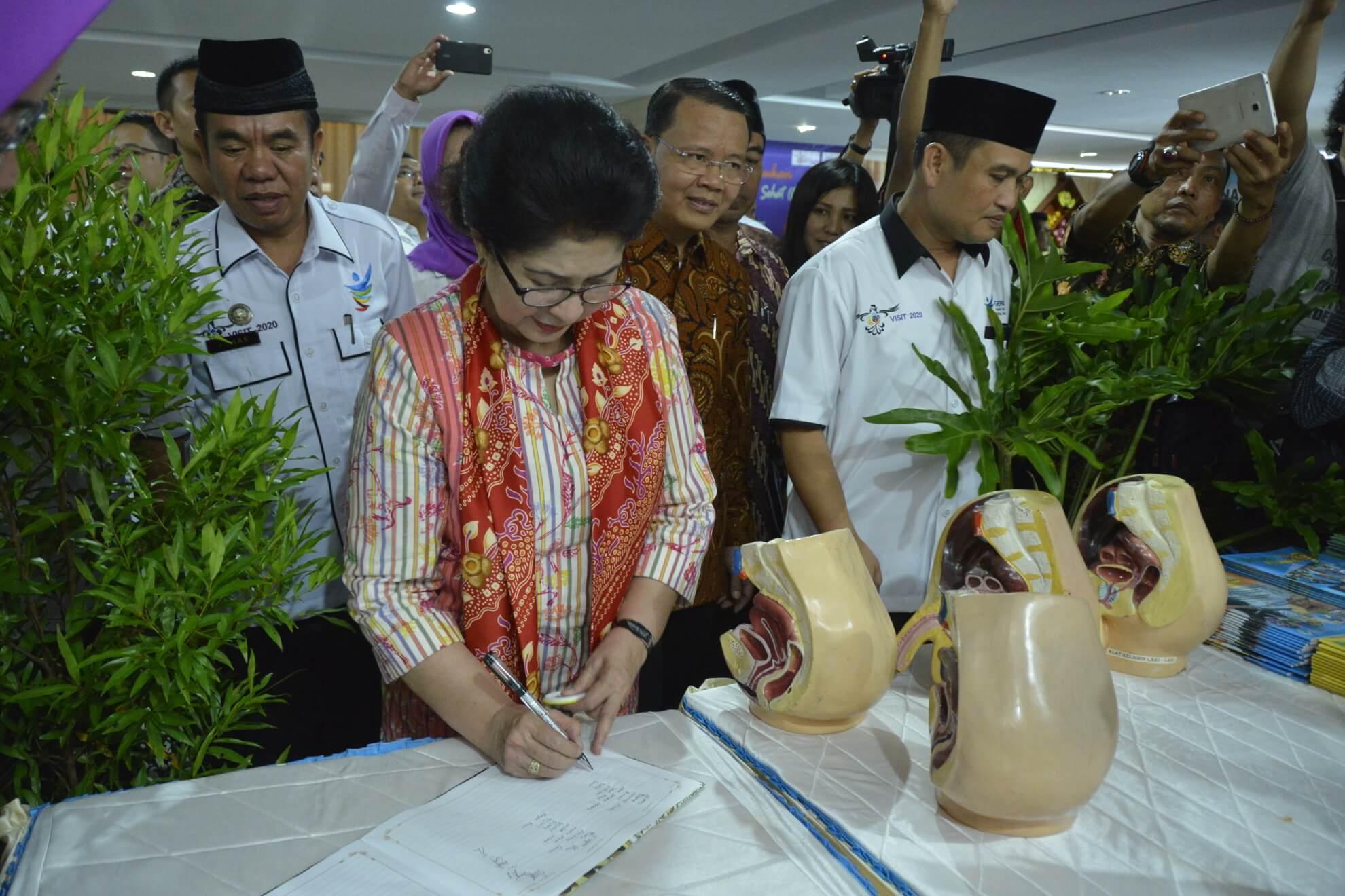 13-05-2017 Menkes Menandatangani Daftar Kunjungan Booth salah satu Peserta Pameran Kesehatan pada Acara Rakerkesda Provinsi bengkulu (R46)