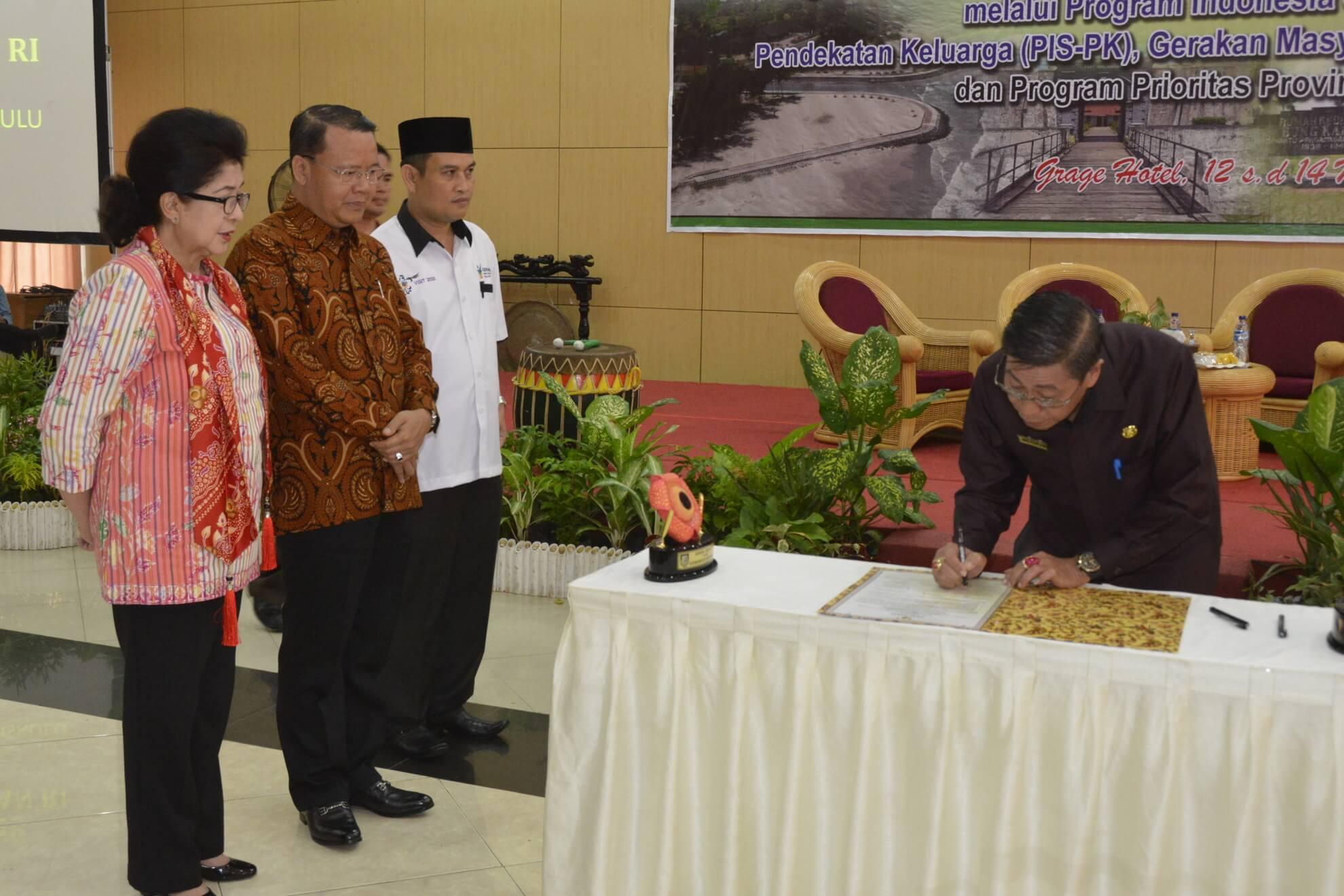13-05-2017 Menkes Nila Moeloek Menyaksikan Penandatanganan Komitmen Sinergitas Pembangunan Kesehatan Pemerintah Pusat, Provinsi, dan Kabupaten/Kota yang dilakukan oleh Bupati/Walikota di Provinsi Bengkulu (R46)