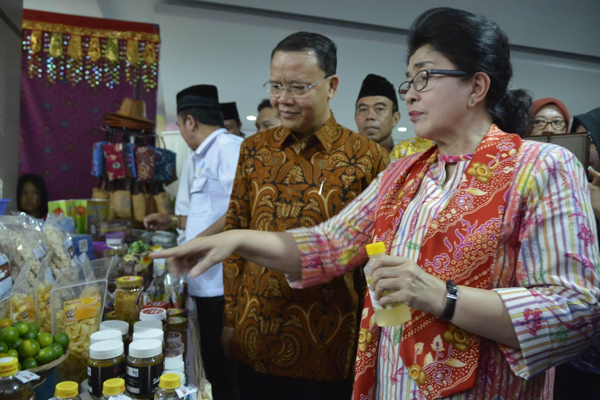 13-05-2017 Menkes Nila Moeloek bersama Wakil Gubernur Bengkulu Meninjau Produk Makanan dan Minuman UKM Lokal pada Pameran Rakerkesnas Provinsi Bengkulu (R46)