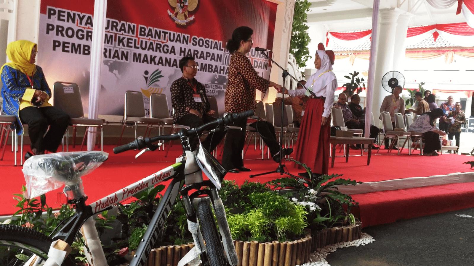 10-6-2017-menkes-membagikan-sepeda-kepada-anak-sekolah