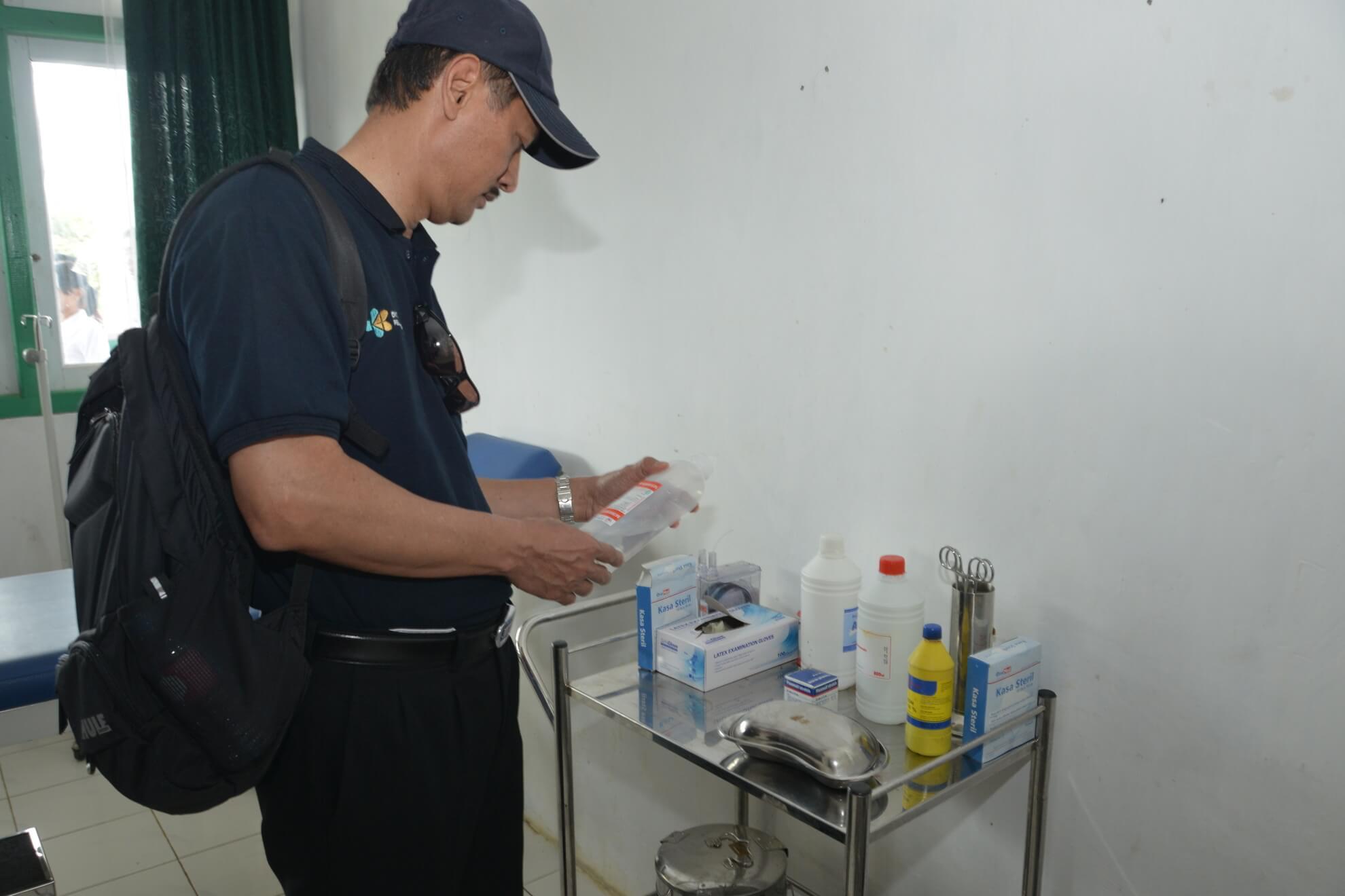 7-8-2017-dirjen-kesmas-mengecek-kondisi-alat-infus