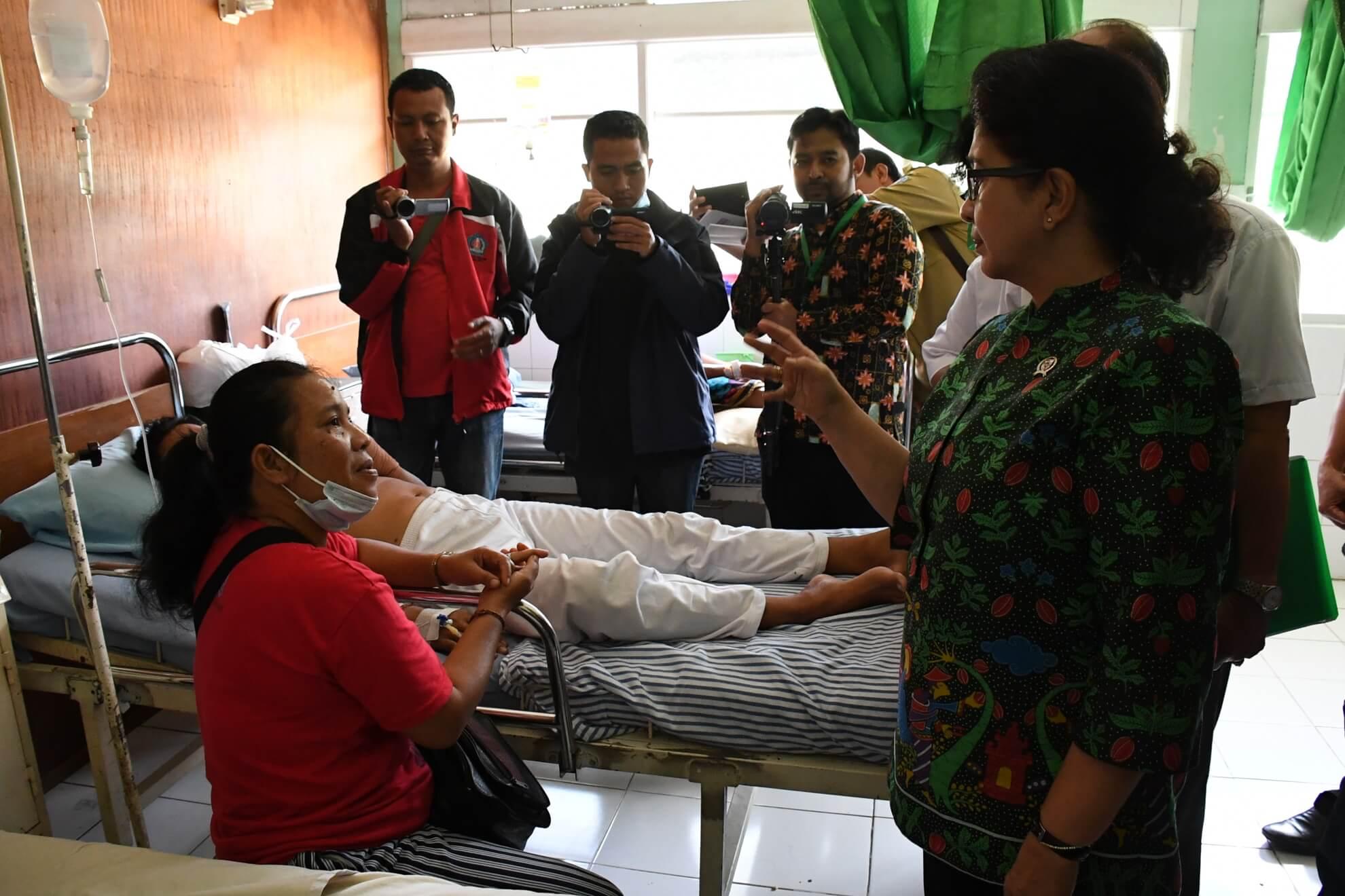 menkes-bertemu-dengan-pasien-pengungsi-bencana-gunung-agung-di-rsud-klungkung-bali-2
