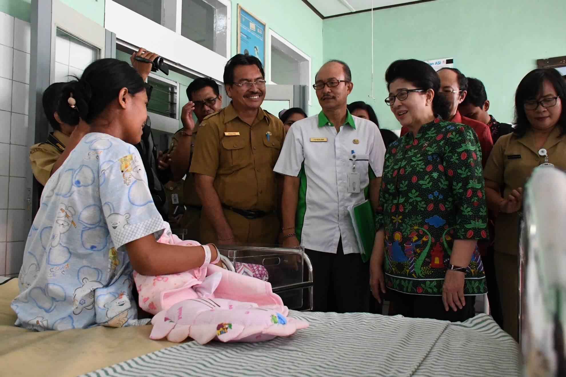 menkes-bertemu-dengan-pasien-pengungsi-bencana-gunung-agung-di-rsud-klungkung-bali-3