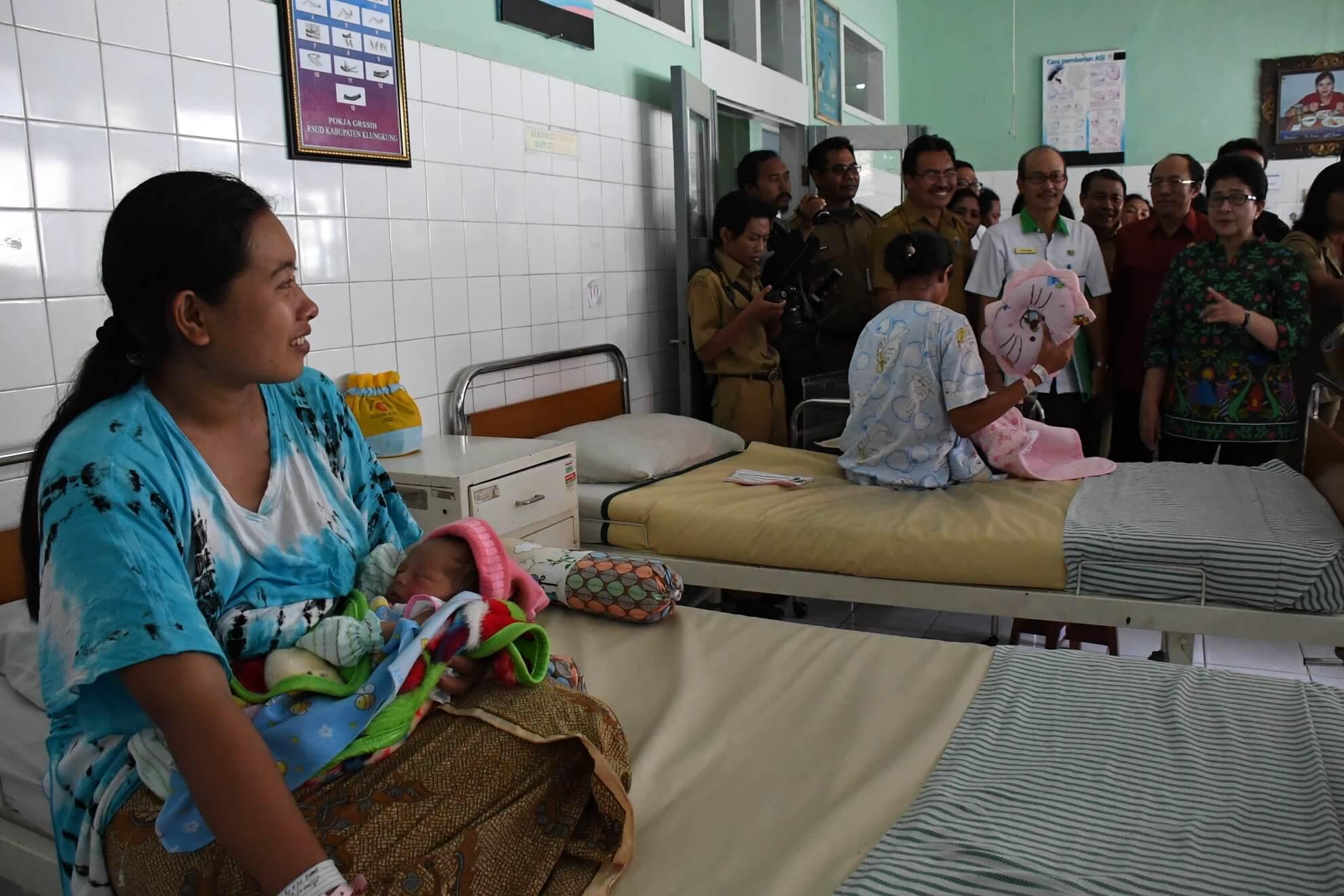 menkes-bertemu-dengan-pasien-pengungsi-bencana-gunung-agung-di-rsud-klungkung-bali-4