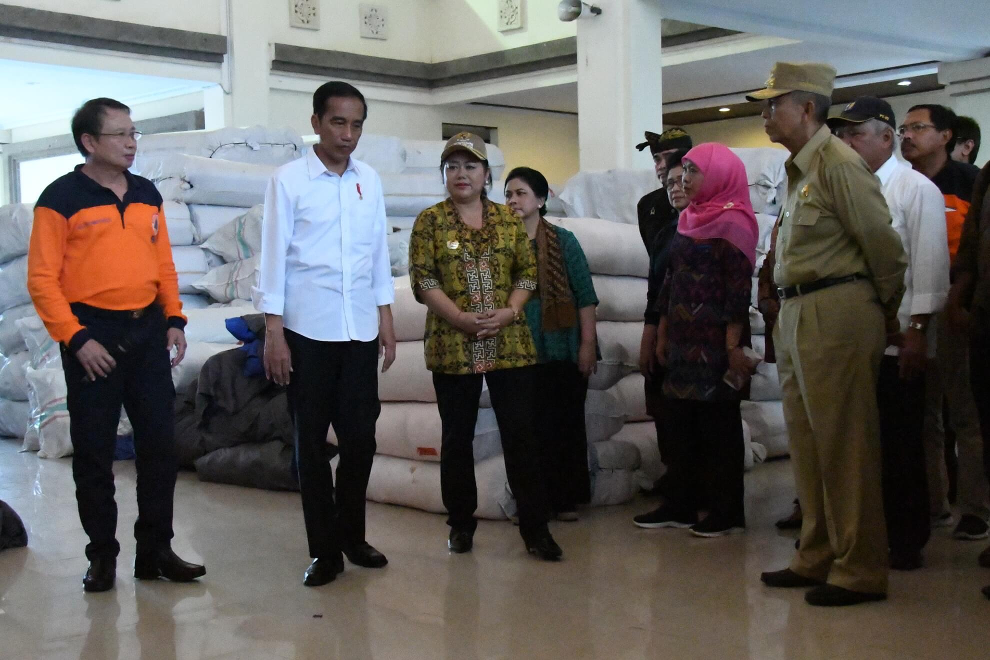 presiden-jokowi-dan-kabinet-kerja-meninjau-kesiapan-logistik-di-pos-komando-bencana-gunung-agung-desa-karangasem-jpg-2