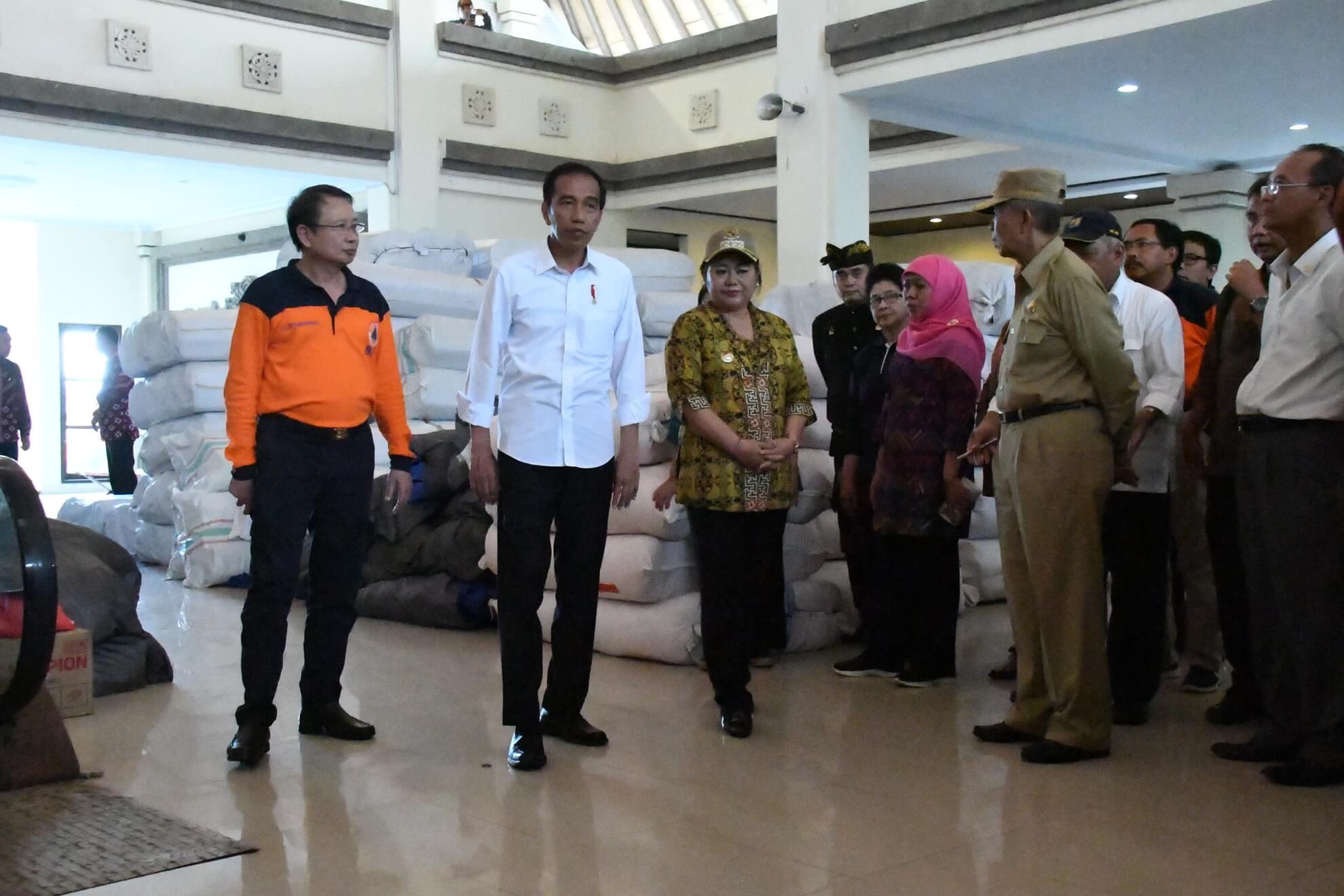 presiden-jokowi-dan-kabinet-kerja-meninjau-kesiapan-logistik-di-pos-komando-bencana-gunung-agung-desa-karangasem-jpg-3