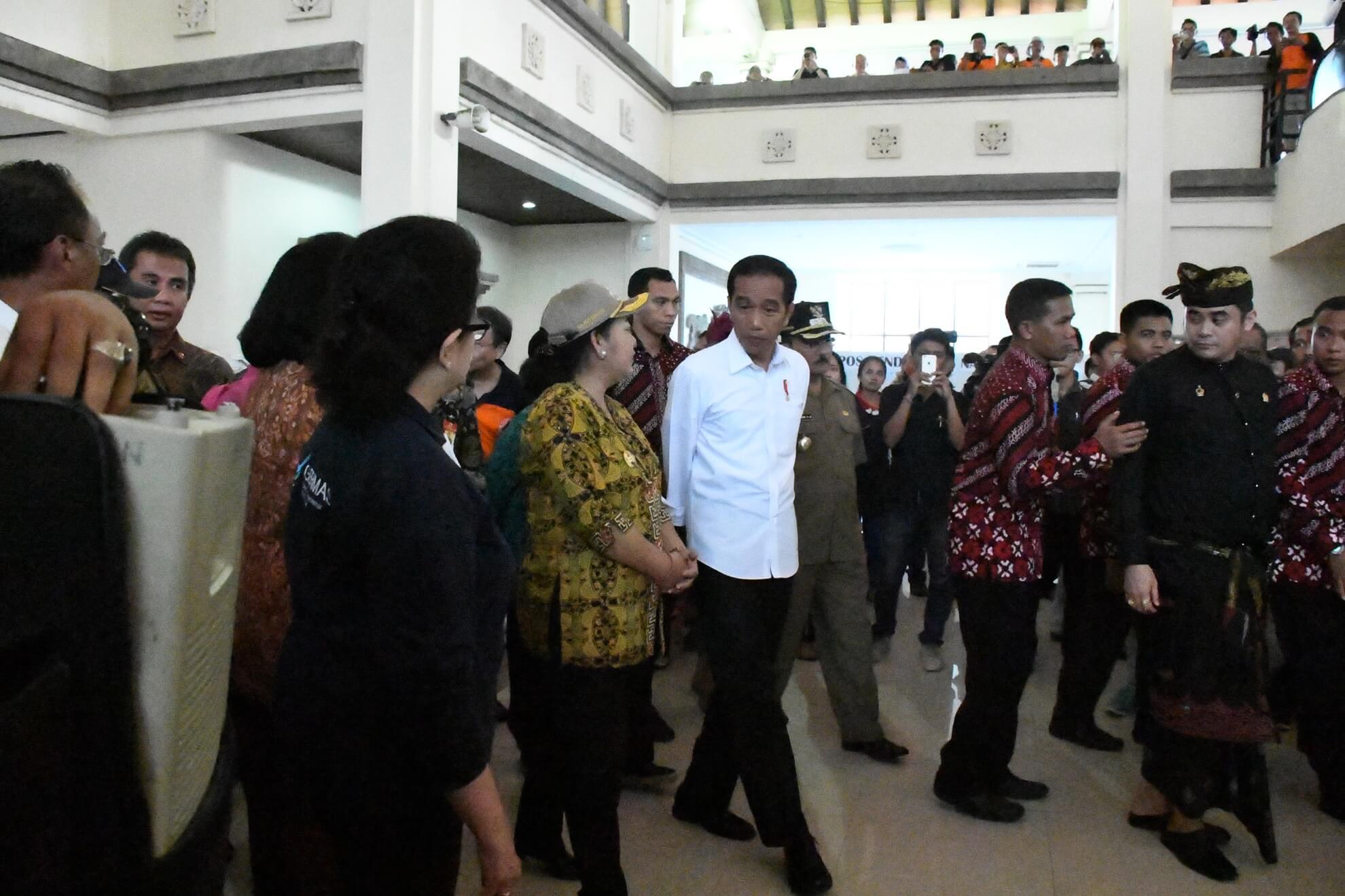 presiden-jokowi-dan-kabinet-kerja-meninjau-kesiapan-logistik-di-pos-komando-bencana-gunung-agung-desa-karangasem-jpg-4