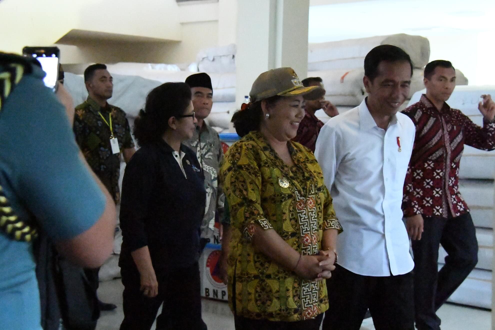 presiden-jokowi-dan-kabinet-kerja-meninjau-kesiapan-logistik-di-pos-komando-bencana-gunung-agung-desa-karangasem-jpg-5