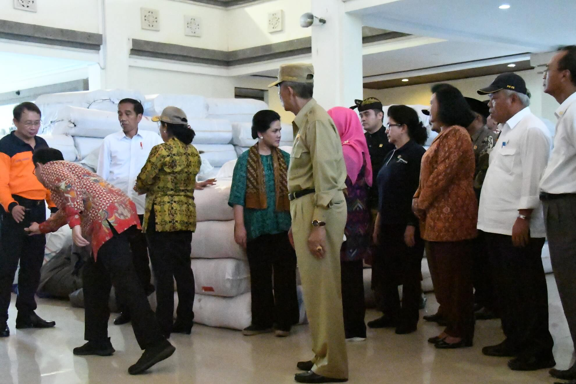 presiden-jokowi-dan-kabinet-kerja-meninjau-kesiapan-logistik-di-pos-komando-bencana-gunung-agung-desa-karangasem-jpg