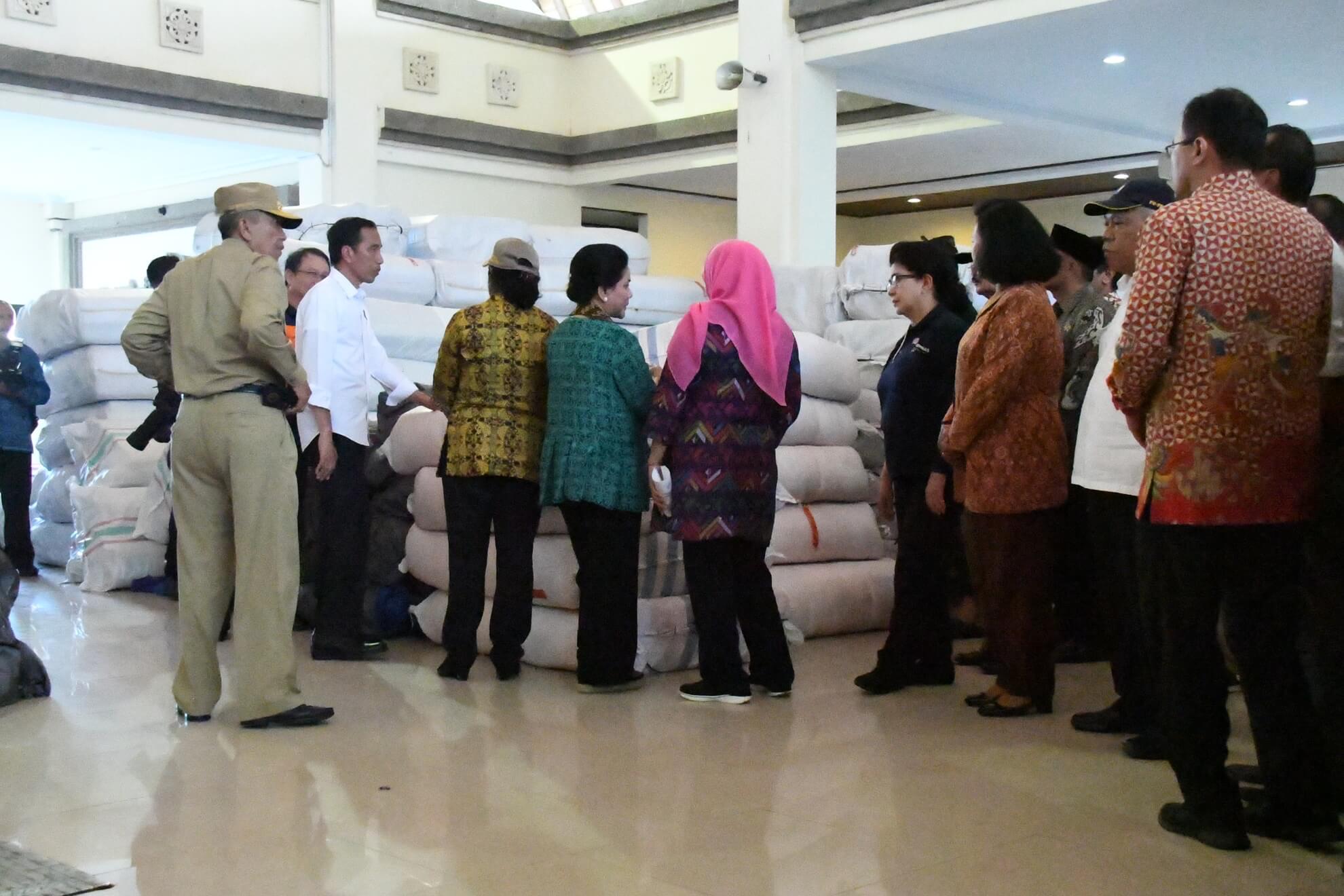 presiden-jokowi-dan-kabinet-kerja-meninjau-kesiapan-logistik-di-pos-komando-bencana-gunung-agung-desa-karangasem