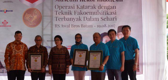 19-8-2017 Menkes bersama panitia acara dan perwakilan MURI pada Acara Pemecahan Rekor Operasi Katarak di Batam (RR)