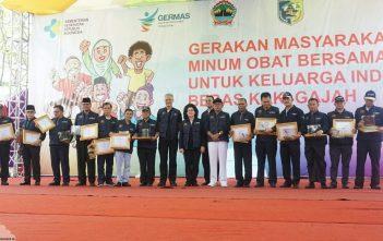 Penyerahan Sertifikat Eliminasi Filariasis kepada 13 Kabupaten