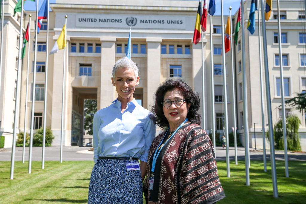Menteri Kesehatan RI, Prof Nila Moeloek dan EAT President, Gunhild A. Stordalen, di depan gedung United Nations di Geneva, momen sebelum peluncuran EAT Asia-Pacific Food Forum (24 Mei 2017). Photo: Pierre Michel Virot