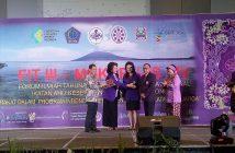 Dirjen Kesmas Kemenkes menerima cinderamata usay membacakan keynote speech Menkes RI pada pembukaan Kegiatan FIT III Mukernas IAKMI di Manado, Kamis siang (18/10).