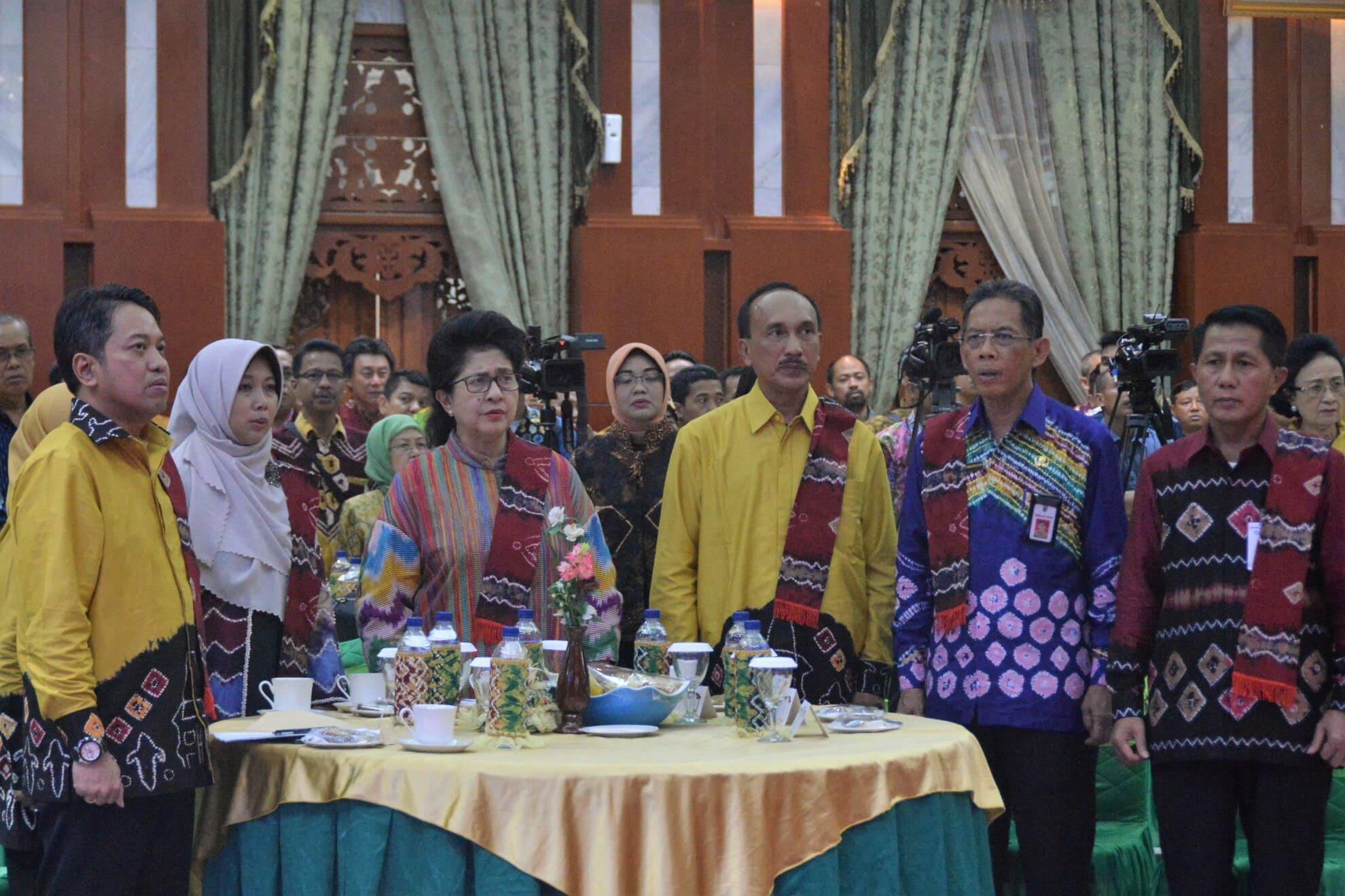 09-03-2017-menkes-mendengarkan-lagu-indonesia-raya-di-acara-rapat-kerja-koalisi-kependudukan-yang-berlangsung-di-banjarmasin