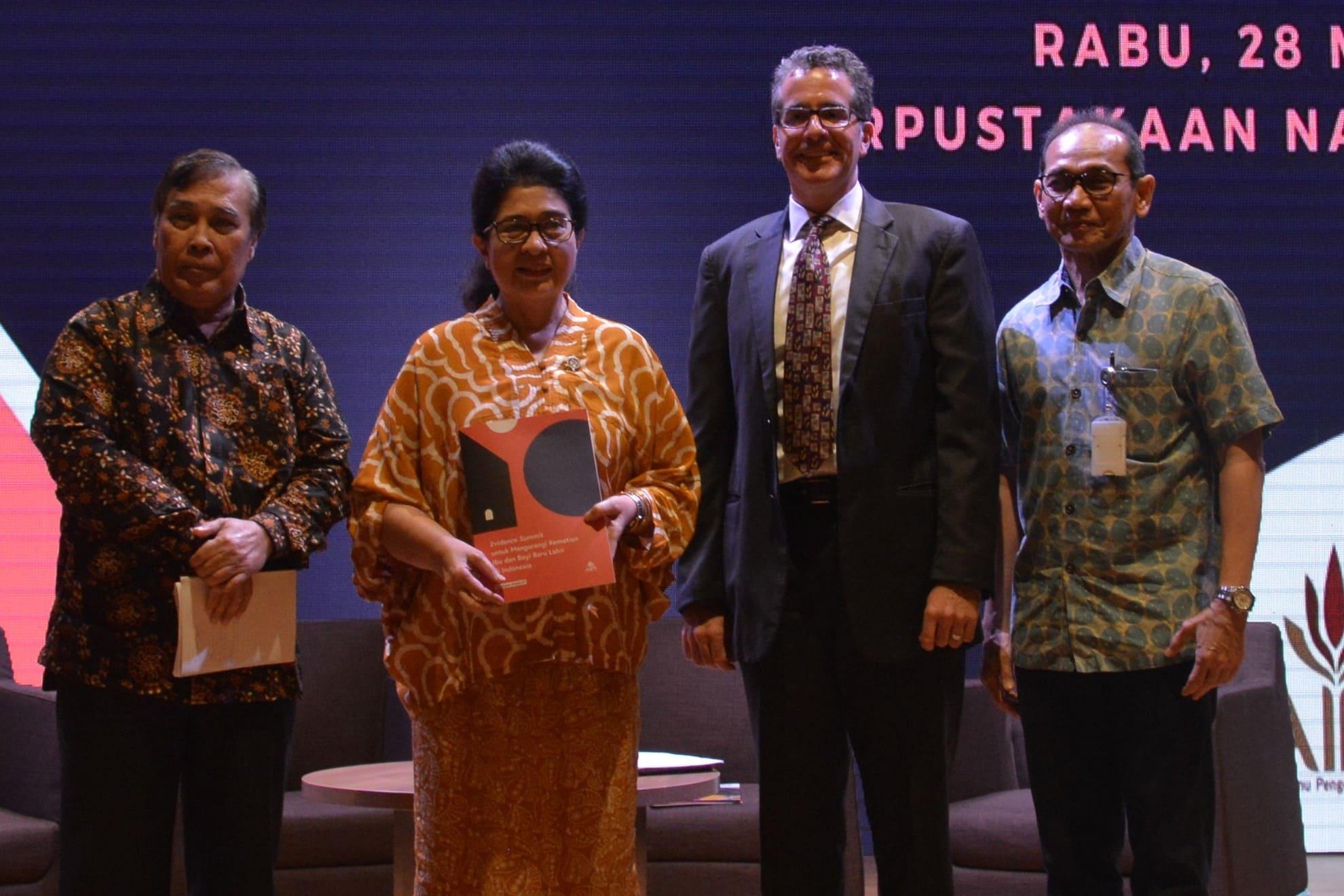 28-03-2018-menkes-berfoto-bersama-di-akhir-pertemuan-evidence-summit-untuk-mengurangi-kematian-ibu-dan-bayi-baru-lahir-di-indonesia