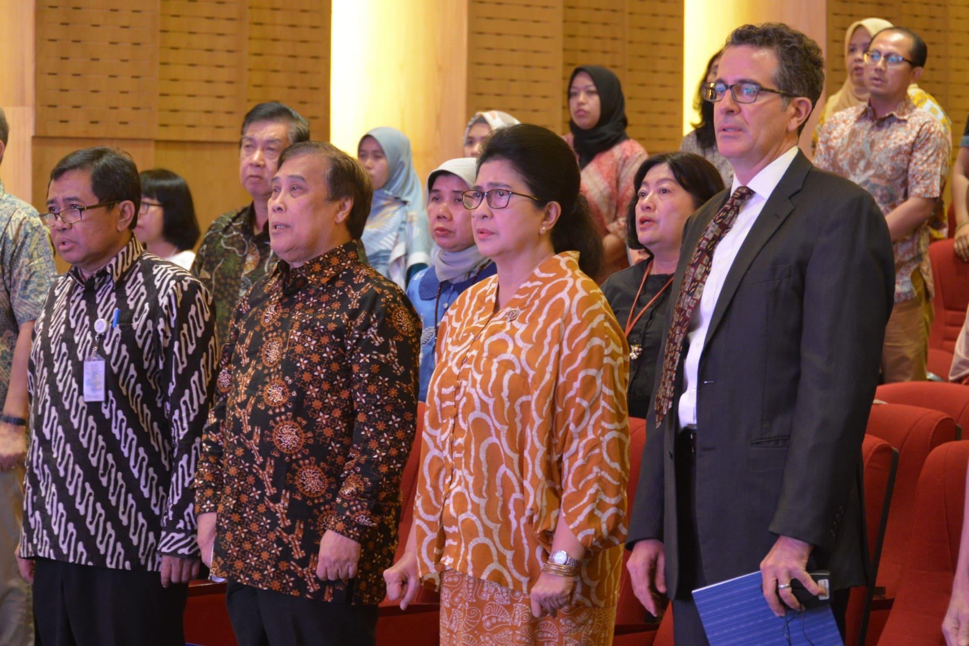 28-03-2018-menkes-menyanyiakn-lagu-indonesia-raya-bersama-peserta-diskusi-evidence-summit-untuk-mengurangi-kematian-ibu-dan-bayi-baru-lahir-di-indonesia