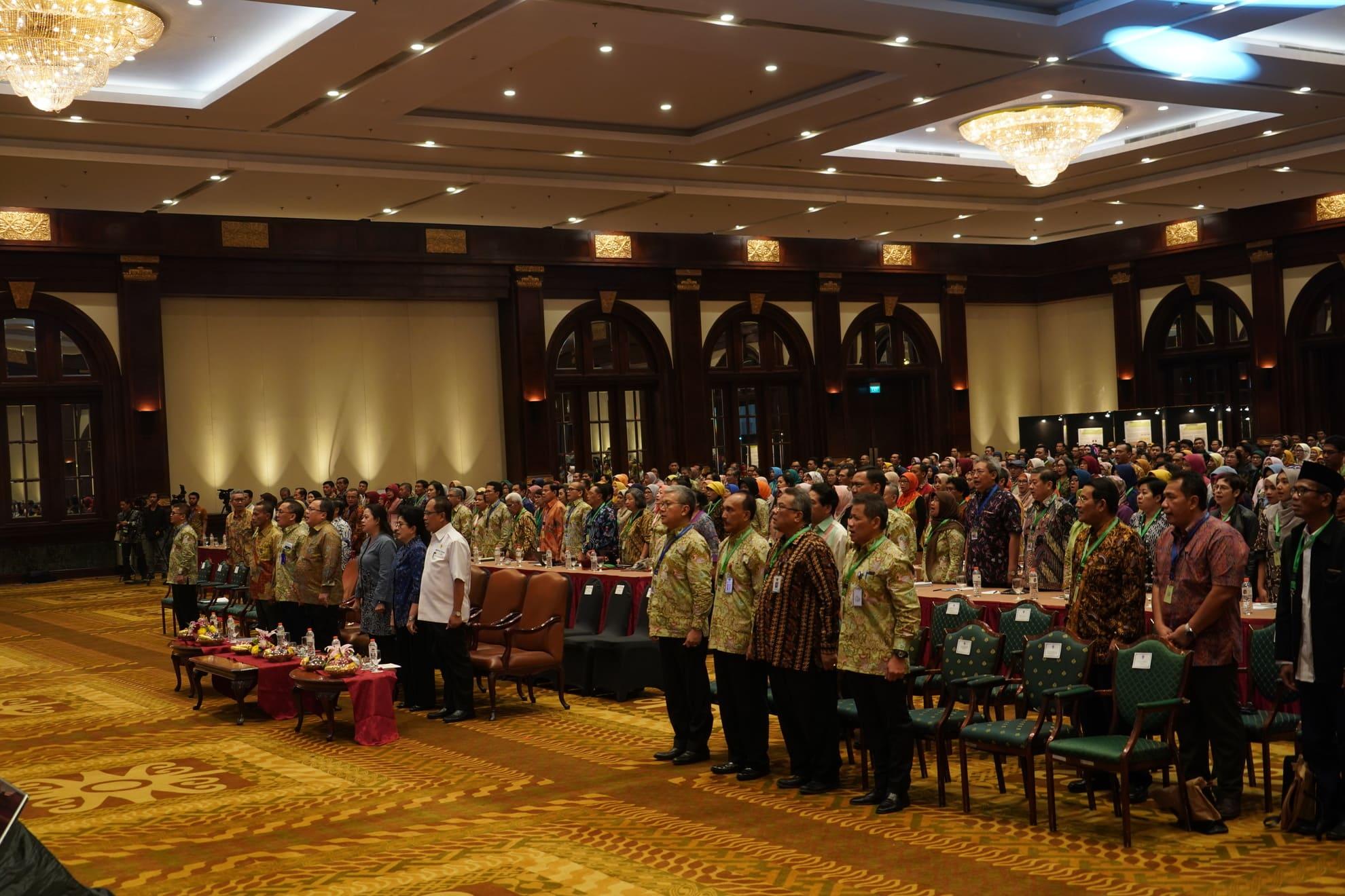 3-7-2018-menyanyikan-lagu-indonesia-raya-pd-widyakarya-nasional-pangan-dan-gizi-xi-2