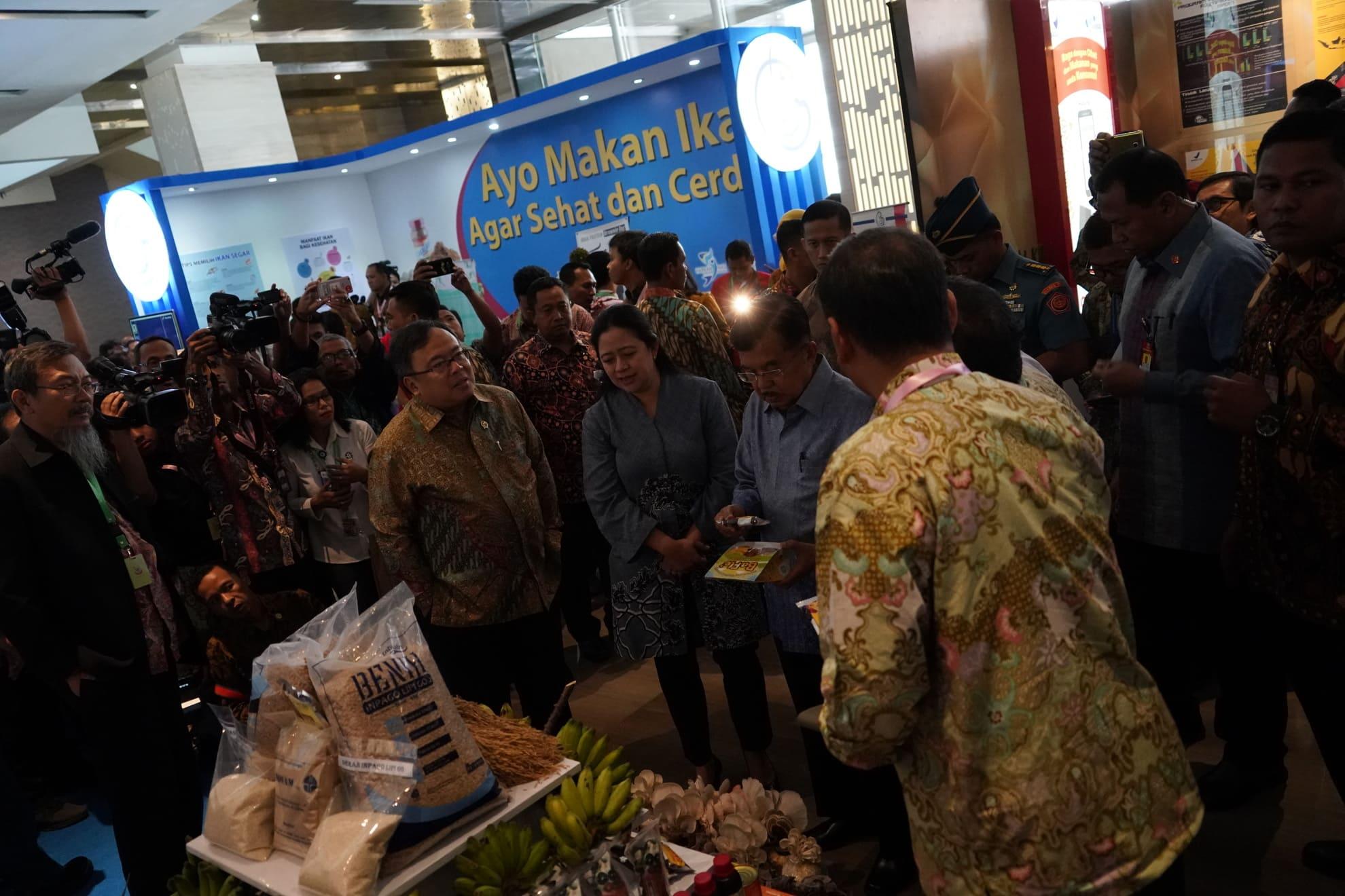 3-7-2018-wapres-dan-menko-pmk-meninjau-pameran-pd-widyakarya-nasional-pangan-dan-gizi-xi