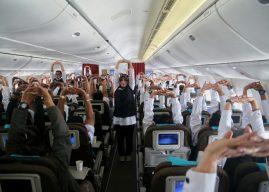 Tim Kesehatan Kemenkes Pimpin Petugas Haji Senam Peregangan di Pesawat