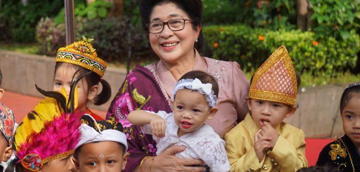 Menkes Nila Moeloek berfoto bersama Anak-anak TPA Serama Kemenkes RI