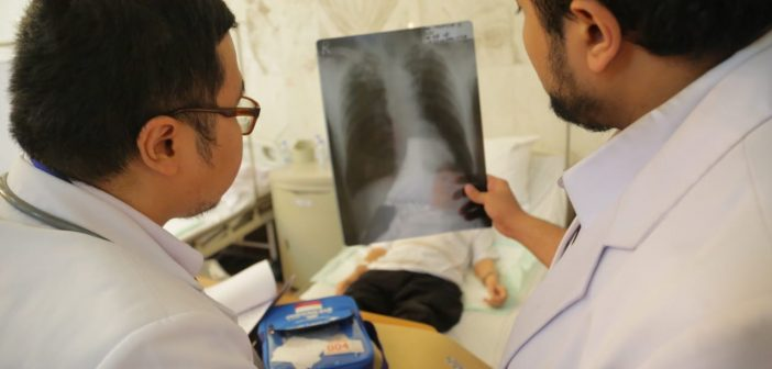 dokter dengan jemaah haji dengan penyakit jantung
