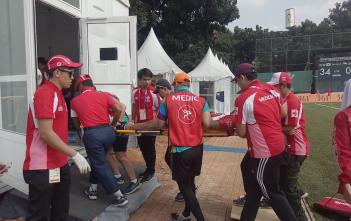 tim medis mengevakuasi pemain rugby yang mengalami injury