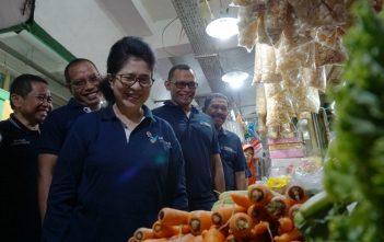 Menkes Nila Moeloek Kunjungi Pasar Kramat Jati Gaungkan Penguatan Pasar Sehat