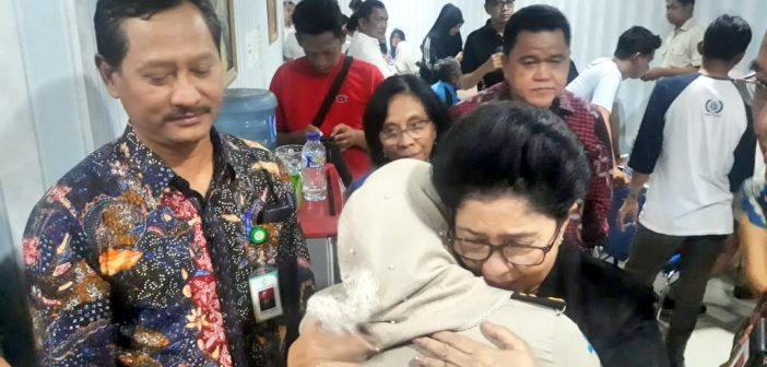 Menkes Peluk Istri Korban Jatuhnya Lion Air