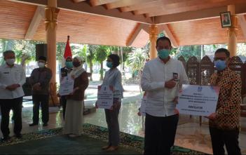 Staf Ahli Menteri Bidang Ekonomi Kesehatan Kementerian Kesehatan, dr. H. M. Subuh, MPPM menyerahkan bantuan ventilator di pendopo Kabupaten Sidoarjo Jawa Timur 16/09/2020 kepada beberapa Rumah sakit